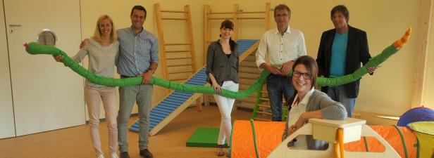 """Foto: Cornelia Merkel  Melanie und Mario Hegemann (links) freuen sich auf die offizielle Eröffnung der Sümmeraner Kindertagesstätte """"Sonnenblume"""", die sie mit der Unterstützung des Nachbarn und Architekten Michael Hilker (2. v. r.) geplant haben."""